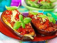 Пълнен патладжан с кайма и ориз в доматен сос печен на фурна